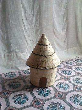 Une case  réalisée avec des tiges d'allumettes.