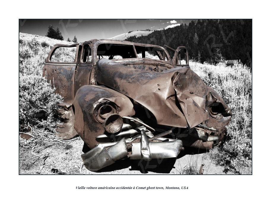 Épave d'une vieille voiture américaine dans la ville fantôme de Comet, Montana, USA