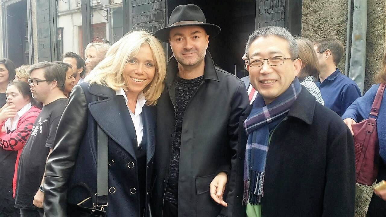 Brigitte Macron avec l'artiste Bastien Cessa