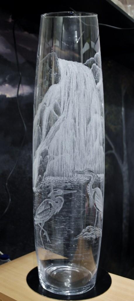 couple de hérons près d'une cascade