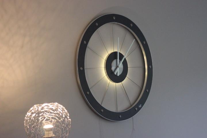Horloge bois avec câbles et leds