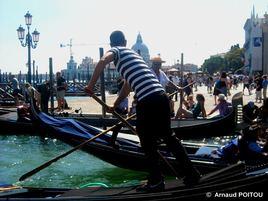 Croisement de deux gondoliers près de la place San Marco