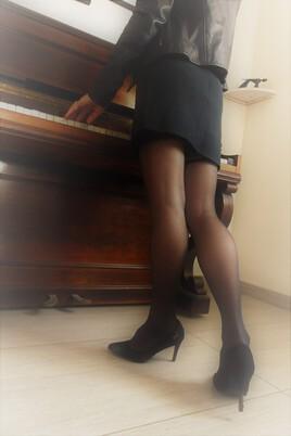 elle joue aussi du piano debout...