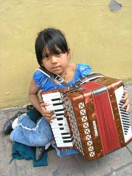 Fillette a l'accordeon