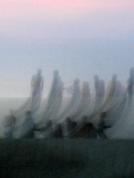 Etres humains jouant avec leurs âmes cerfs-volants