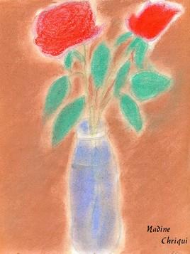 deux roses dans une bouteille d'eau