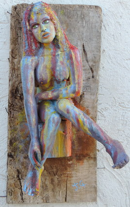 nue femme assise