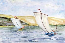Deux pinassotes à voile régatent devant la dune du Pilat