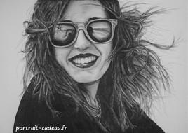 Portrait en dessin - Femme avec des lunettes de soleil