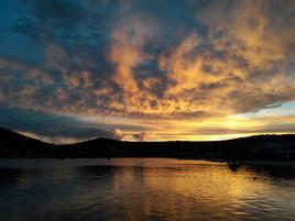 Coucher de soleil sur Vinisze en Croatie. ...