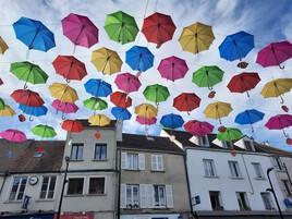 Parapluies en suspension