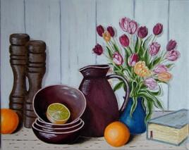 Nature morte -Accessoires de cuisine et vase de tulipes