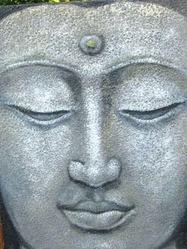 visage de Bouddha sur fond sablé gris