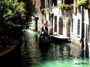 Vue sur un petit canal avec en fond une gondole