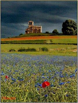 Chapelle sous ciel d'orage