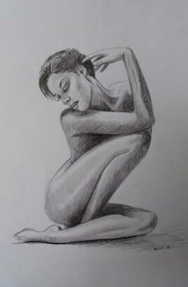 femme brune nue assise
