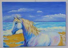 Cheval blanc sur la plage.