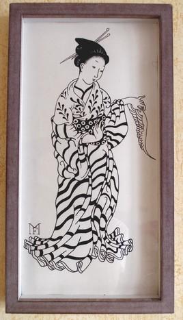 Femme tenant une aile d' oiseau