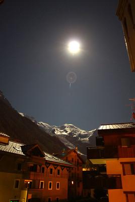 Mont blanc sous la lune