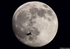L'avion de ligne et la lune