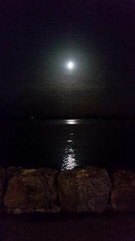 Reflets de la lune (sur le lac de Neuchâtel, Suisse)