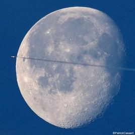 un jet traverse la lune