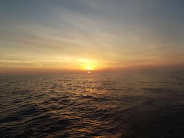 Au large..le soleil flirte avec la mer...
