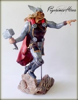 Figurine Thor en plein saut en argile
