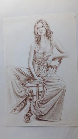 femme assise, pantalon drapé