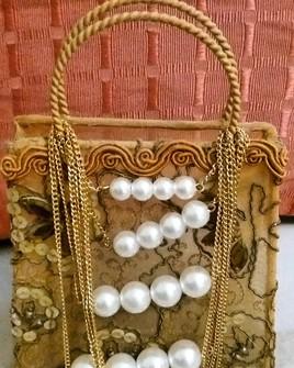 Composition personnelle : petit sac vintage  accompagné d'un  collier de perles