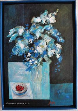Fleurs bleues et bol de cerises