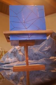 Un cube bleu et son support