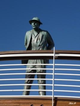 M. Hulot regarde la mer