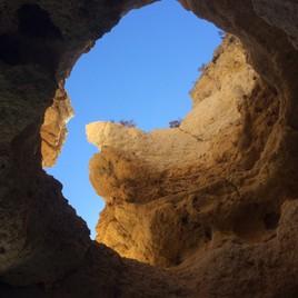 magnifique grotte en mer dans l'algarve a Portugal