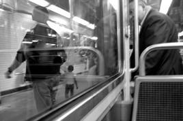 Reflets dans le métro
