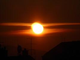 Levé de soleil et son reflet dans l'horizon