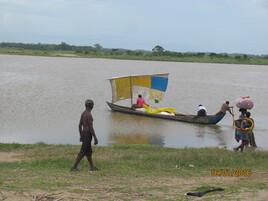 sur le canal des pangalanes (Madagascar), embarcations de fortune ...