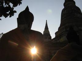 couché de soleil sous le bras de bouddha