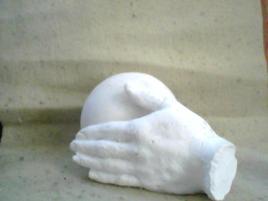 main portant le monde