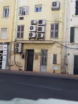 La façade d'un immeuble ,un peu chargée !
