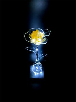 Rose jaune lumineuse en verre de synthèse