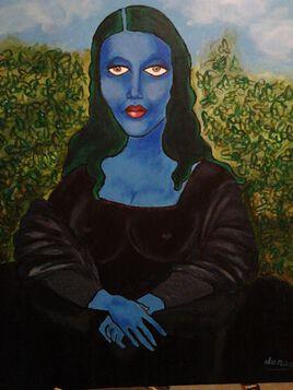 Ma joconde bleue, assise devant un buisson de verges