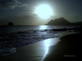 La plage au crépuscule lunaire