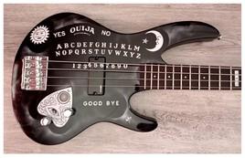 Guitare Basse airbrush ouija