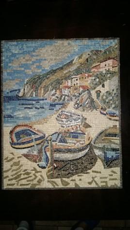 Bateaux de pêche dispersés sur la plage